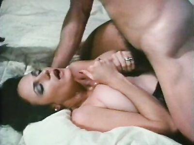 Ретро порно о приключениях нимфоманки во время лесбийского секса и групповушки на хате