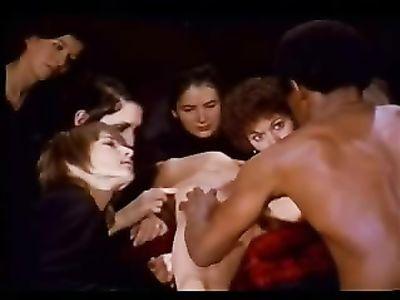 Негр оттрахал начинающую актрису на сцене перед взглядами публике в ретро порно