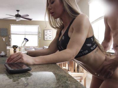 Мамка порно блондинка Николь Энистон в любительском видео ебется с дружком в разных позах