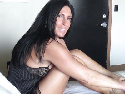 Любовник снял на камеру самоудовлетворение пожилой тетки с помощью секс-игрушки с хером
