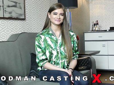 Жесткий порно кастинг Вудмана с двойным проникновением для симпатичной губастой девушки
