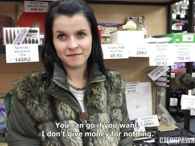 Телка из Чехии за деньги готова долго трахаться с продавцом из ломбарда