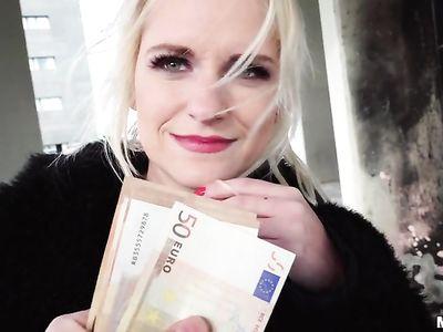 Итальянская мамка за деньги трахается на улице с профессиональным порно пикапером