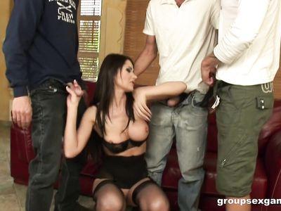 Нимфоманка в черных чулках тащится от двойного проникновения во время порно групповухи с тремя мужиками