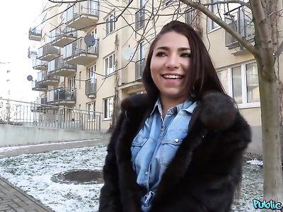 Агент порно кастинга снял русскую телку студентку на улице и выебал за деньги  на хате у чиксы