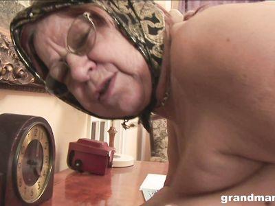 В обмен на новый байк молодой ебарь пердолит толстую, но очень богатую порно бабку в разных позах