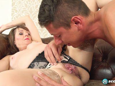 Пожилая порно учительница в чулках показывает мастер-класс ебли молодому студенту в HD