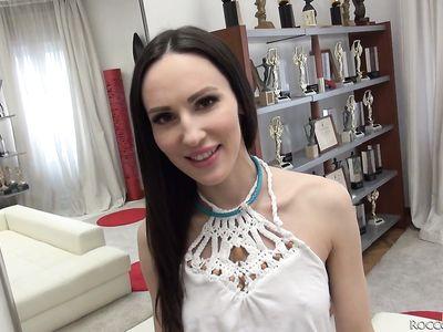 Во время порно кастинга продюсер Рокко с дружком в два ствола оприходовали длинноногую русскую брюнетку