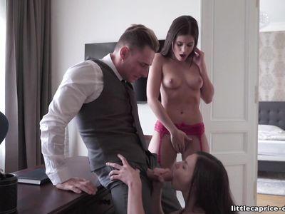Босс в порно групповухе ЖМЖ на работе ловко выебал двух стройных секретарш в чулках