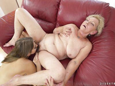 Молодая студентка лижет анус и вагину пожилой порно бабуле лесбиянке рабочим язычком