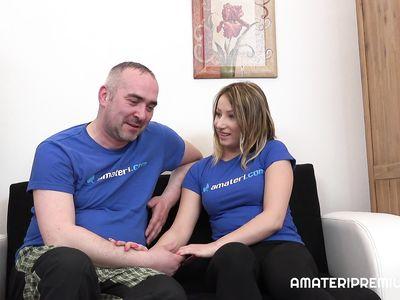 Чешская зрелая семейная парочка жарко занимается сексом перед камерой в домашнем порно