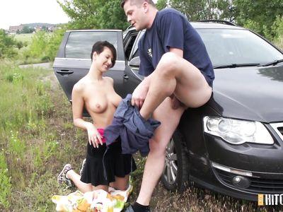 Порно пикапер жестко трахает на природе коротко стриженную чешскую брюнетку