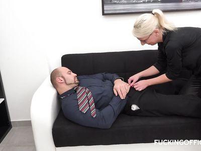 Зрелая чешская порно блондинка начальница потрахалась в офисе на работе с бородатым менеджером