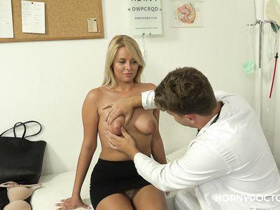 Похотливый порно гинеколог в кабинете отодрал по полной программе чешскую блондинку во время работы