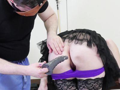 Настоящие любители БДСМ по очереди дрючат порно блондинку деваху в ротец и очко