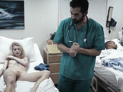 Бородатый доктор порно гинеколог возбудил красивую пациентку и выебал блонду в больничной палате