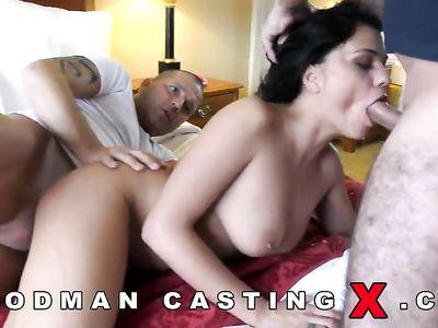 Темноволосую румынку на кастинге Вудмана трахают в два ствола в порно с двойным проникновением