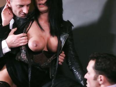 Взрослый мачо постоянно трахает смазливых женщин в длинном порно фильме