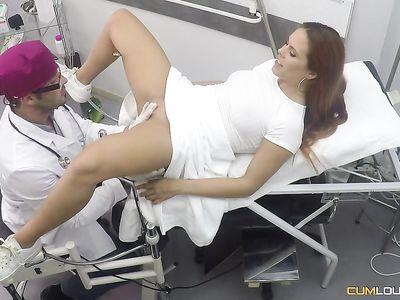 Порно гинеколог ловко присунул крепкий фаллос в нежную пилотку рыжей испанской мамки на работе