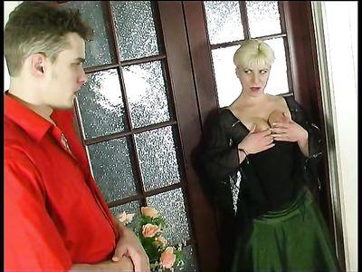 Зрелая русская блондинка принимает раздолбанной мандой твердый хер молодого соседа