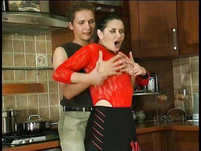 Взрослая русская порно горничная в чулках жарко трахается с сыном хозяина на кухонном столе