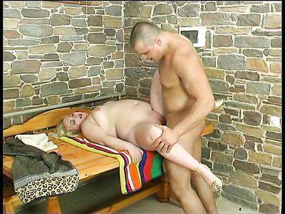 Спортивный чувак ловко натягивает на стояк толстую русскую проститутку пышку в бане