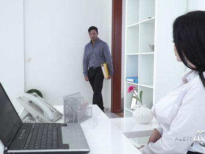 Сисястая порно секретарша в сетчатых чулках в офисе на работе удовлетворила похотливого босса
