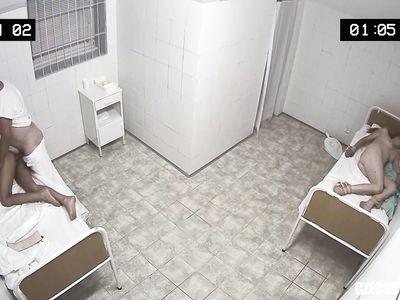 В чешском порно вытрезвителе похотливый доктор по полной программе пердолит спящую брюнетку