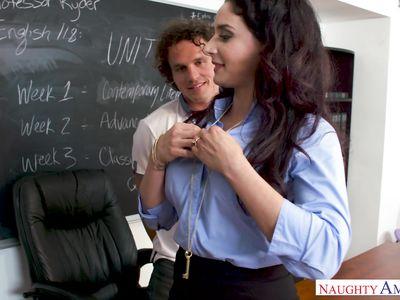 В аудитории на столе студент твердым хером поимел сисястую порно училку в белых чулках