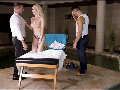 Массажист с мужем трахают зрелую блондинку жену в двойном проникновении МЖМ порно