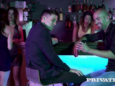 Парочка бизнесменов устроила знакомой проститутке шикарное двойное проникновение в МЖМ порно