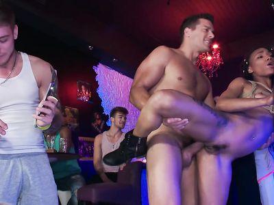 В клубе на публике связанная негритянка ловит кайф от БДСМ порно игр с белым чуваком