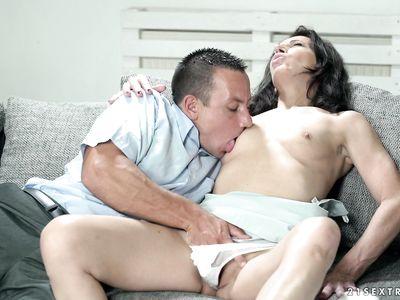 Похотливая порно бабка начальница подмахивает во врем яебли с новым работником в кабинете