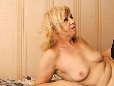 Пожилая бабуля блондинка в чулках раком занимается с мулатом сексом в частном порно видео