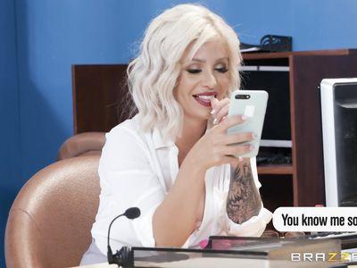Босс наказывает на столе толстым хуем нерадивую блондинистую порно мамку