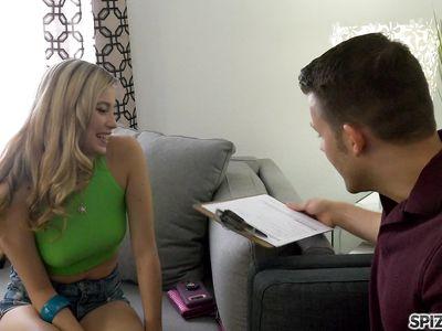 Блондинка пизденкой выбила у агнета по недвижимости скидку на аренду дома в реальном порно HD