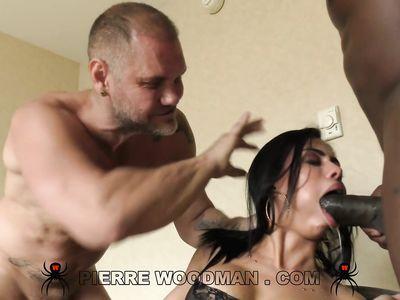 Белый чувак напару с негритосом дрючат мулатку в чулках на порно кастинге Вудмана во все дырки