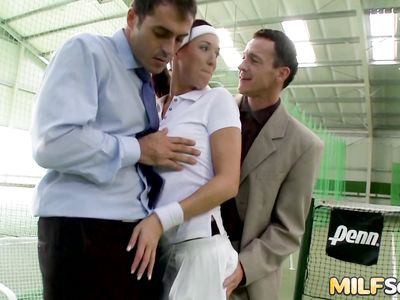 На теннисном корте муж с приятелем в двойном проникновении удовлетворили развратную жену