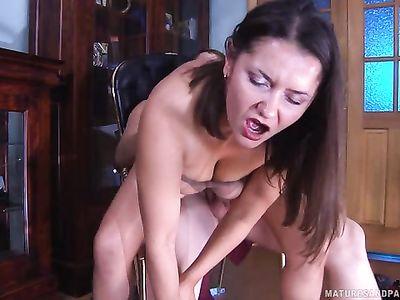 Зрелая русская порно мамка в нейлоновых колготках активно скачет на хую трахаря фетишиста лизуна