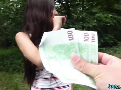 Порно пикапер отвел студентку брюнетку в лес и заставил за деньги отсасывать перед еблей
