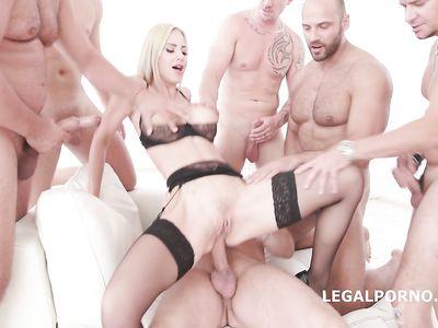 Семеро мужиков во время реального порно ганг банга устроили блонде в чулках двойной анал
