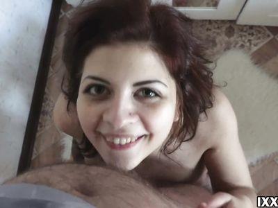 Снял домашнее порно видео с минетом от первого лица и заполнил рот русской девки горячей кончей