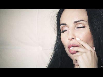 Красивый секс трахаря с губастенькой длинноволосой брюнеткой в разных позах в красивом порно HD