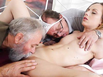Престарелые деды в МЖМ порно втроем с двух сторон натягивают на фаллосы молоденькую худышку