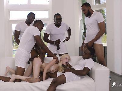 Первый межрассовый ганг банг молоденькой порно блондинки с толпой негров с большими черными членами