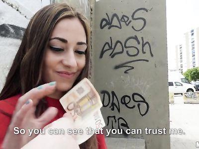 Испанская красотка молодуха за деньги ебется с порно пикапером на улице в разных позах