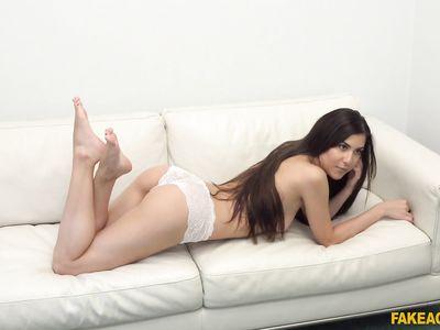 Фейковый порно агент кастинга на столе жестко трахает брюнетку из Румынии