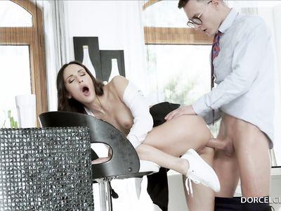 Одногруппник присунул длинный член в анальную дырку темноволосой порно студентки