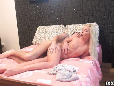 Первый раз трахает в попку худенькую русскую блондинку и снимает все на камеру для домашнего порно