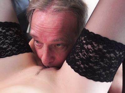 Молодая порно секретарша в чулках уселась на твердый фаллос пожилого босса в офисе на работе